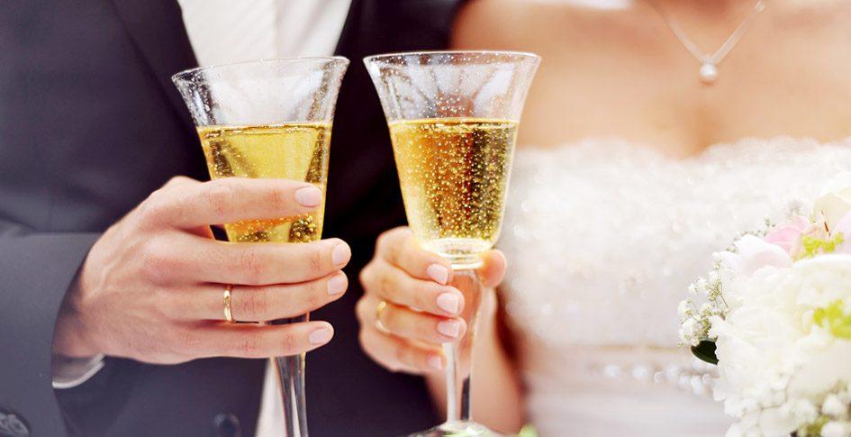 Brautpaar stößt mit Champagner